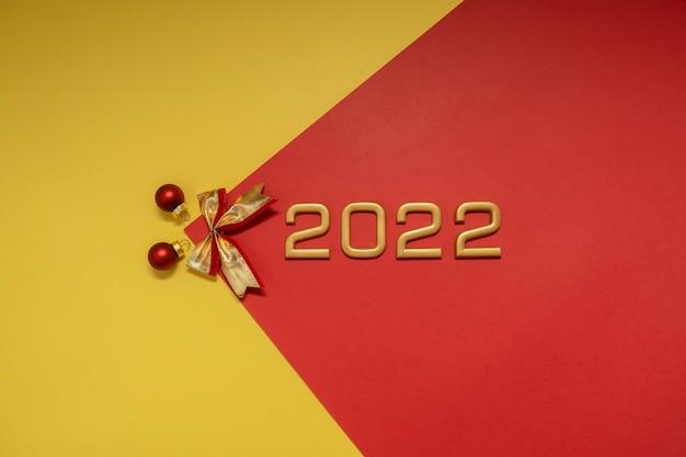 Zahlen 2022 und weihnachtsschmuck. festliches konzept des neuen jahres.