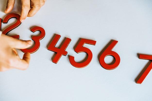 Zahlen des holzes von 0 bis 9 getrennt auf weiß