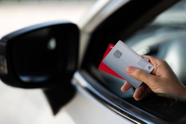 Zahlen oder bezahlen mit einem kreditkarten-einkaufs- und einzelhandelskonzept, bezahlen im auto