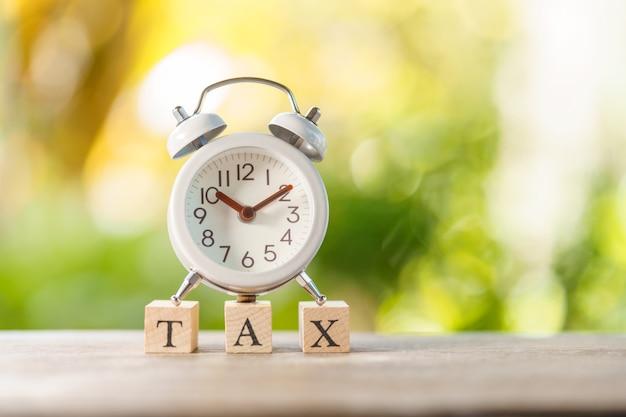 Zahlen sie das jährliche einkommen (tax) für das jahr auf dem taschenrechner.