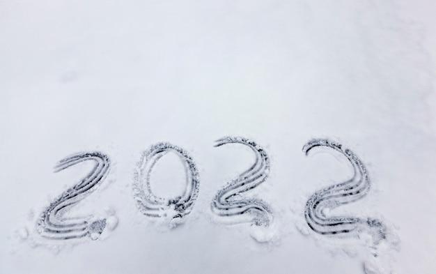 Zahlen und das datum 2022 auf den schnee gezeichnet