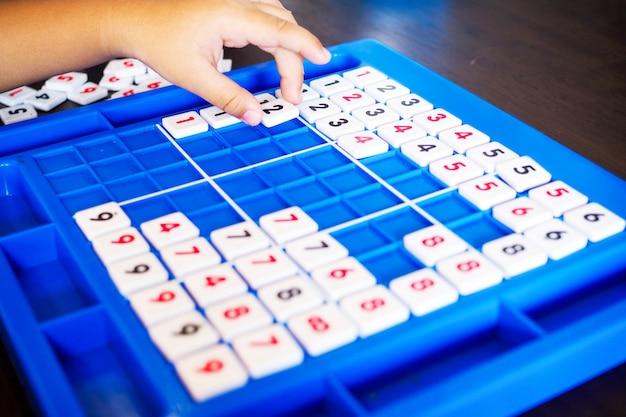 Zahlenspiel für kinder zum üben des grundlernens und zählen von mathefähigkeiten.