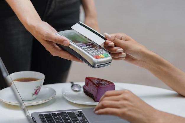 Zahlung per karte kontaktlose zahlung per bankkarte oder smartphone afrikanische frau bezahlt für eine bestellung