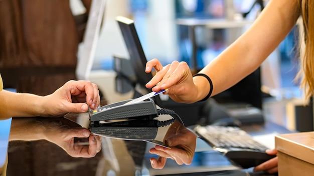 Zahlung per kreditkarte mit kontaktloser technologie.