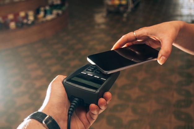 Zahlung per smartphone über das zahlungsterminal