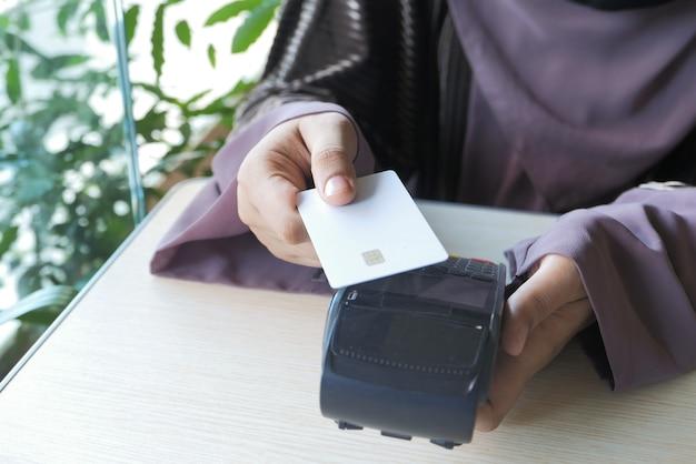 Zahlungsterminal aufladung von einer karte, kontaktlose zahlung