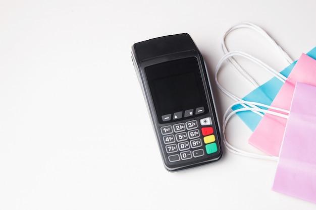 Zahlungsterminal mit papiereinkaufstasche. ansicht von oben