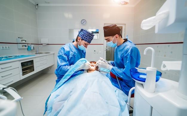 Zahnärzte arbeiten in einer modernen klinik für stomatologie.