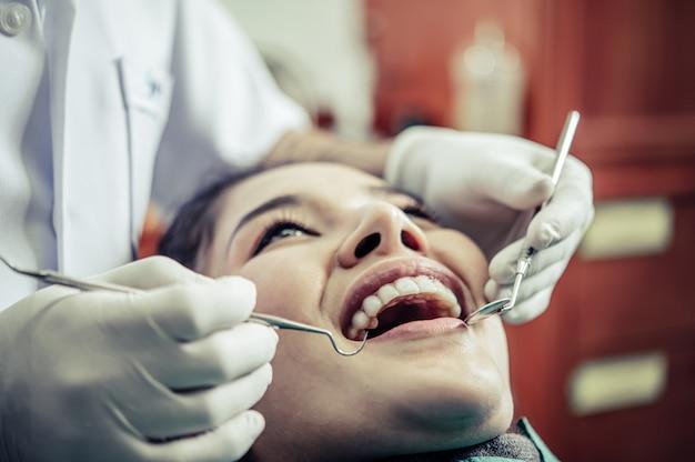 Zahnärzte behandeln die zähne der patienten.