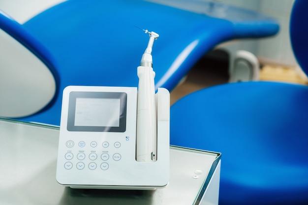 Zahnärztliche ausrüstung in der zahnarztpraxis zur wurzelkanalbehandlung. nahaufnahme, endomotor