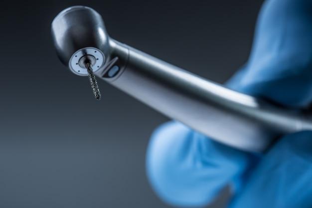 Zahnärztliche instrumente. denta hochgeschwindigkeitsturbine. dental-diamant-zylinderbohrer mit handstück.