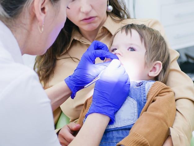 Zahnärztliche untersuchung der zähne des kindes