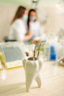 Zahnärztliche werkzeuge. medizinische ausrüstung