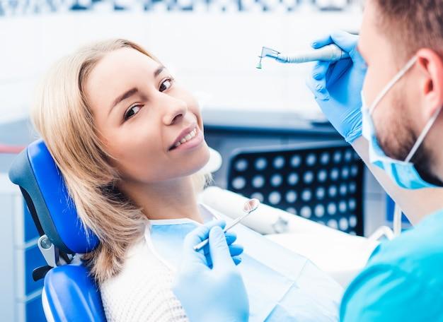 Zahnarzt behandelt mädchen