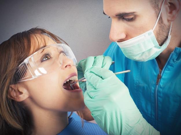 Zahnarzt bewirkt eine reinigung der zähne