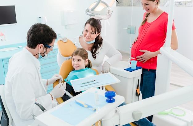 Zahnarzt, der die ganze familie in seinem büro behandelt