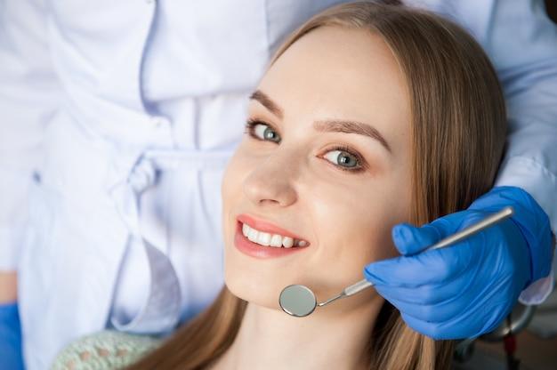 Zahnarzt, der die zähne eines patienten in der zahnmedizinischen klinik überprüft.