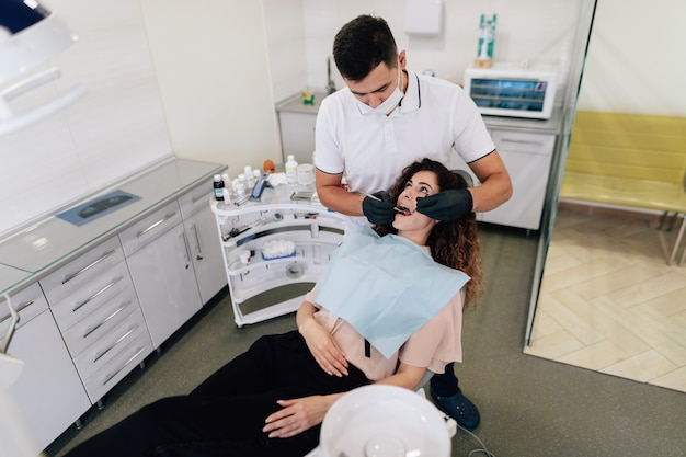 Zahnarzt, der eine überprüfung auf frau durchführt