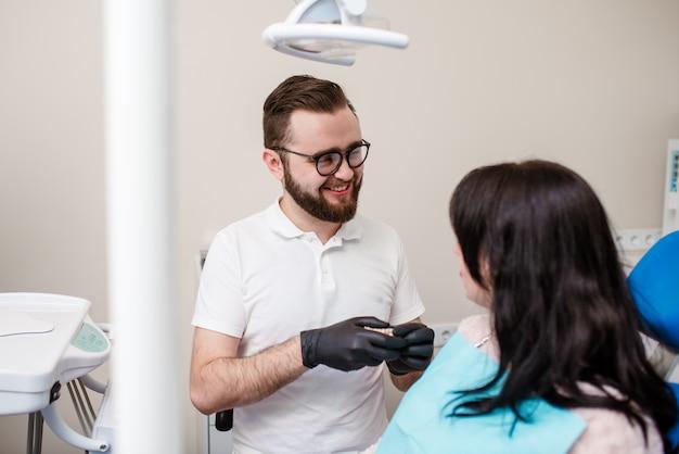 Zahnarzt, der eine zahnbehandlung an einer patientin durchführt