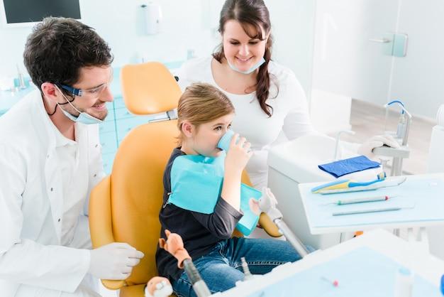 Zahnarzt, der kind in seiner chirurgie behandelt