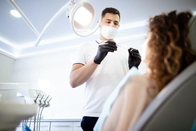 Zahnarzt, der sich vorbereitet, an einem patienten zu arbeiten
