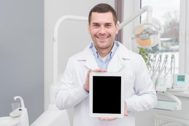 Zahnarzt, der tablette darstellt