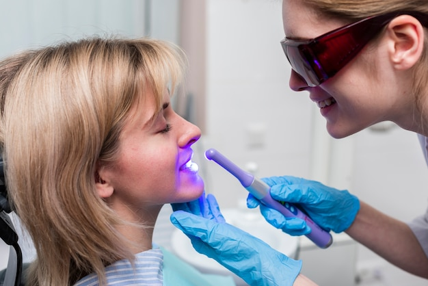 Zahnarzt, der zahnweißung durchführt