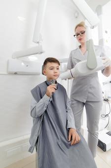 Zahnarzt machen kiefer röntgenbild für kleinen jungen in der zahnklinik
