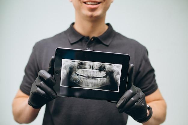 Zahnarzt mit röntgenzähnen