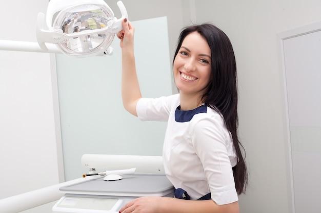 Zahnarzt mit seinem patienten in der zahnarztpraxis in der klinik