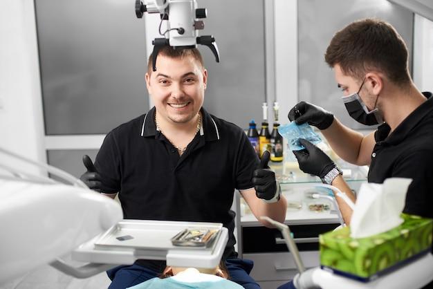 Zahnarzt schaut mit einem lächeln