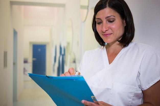 Zahnarzt schreibt einen medizinischen bericht