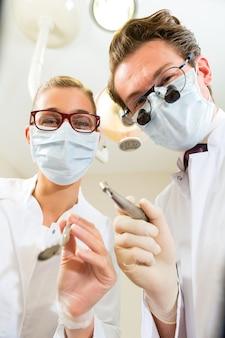 Zahnarzt und assistent bei einer behandlung aus sicht eines patienten