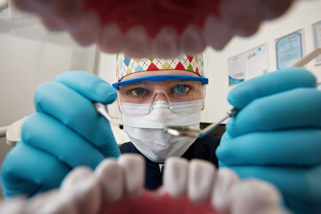 Zahnarzt untersucht mund des patienten