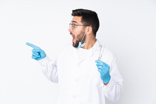 Zahnarztmann, der werkzeuge hält