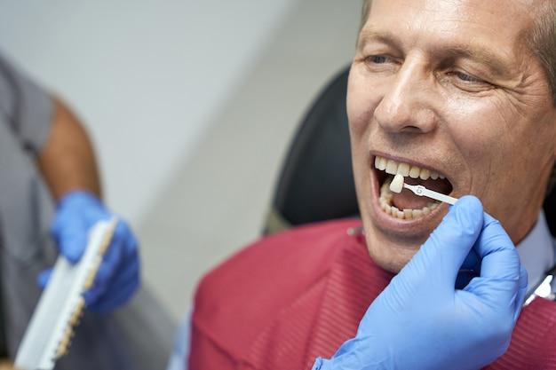 Zahnarztpatient bei einer beratung zum thema zahnaufhellung