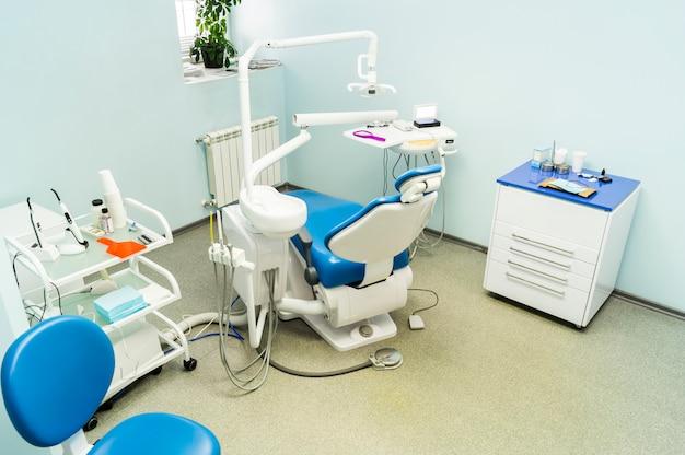 Zahnarztstuhl und medizinische geräte in der klinik