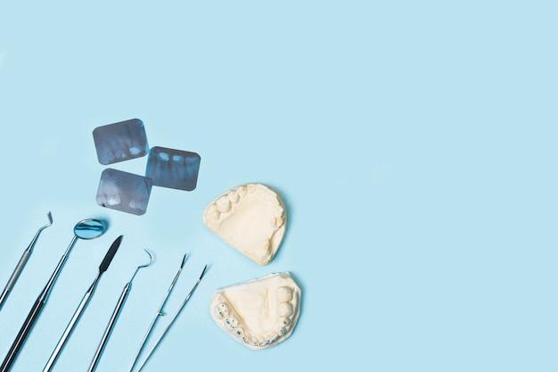 Zahnarztwerkzeuge auf hellblauer oberfläche