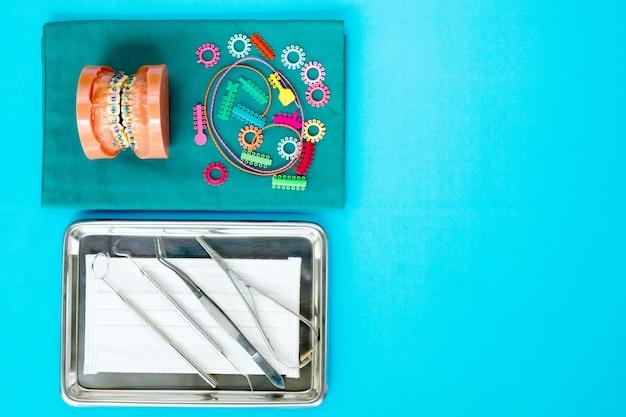 Zahnarztwerkzeuge und kieferorthopädisches modell