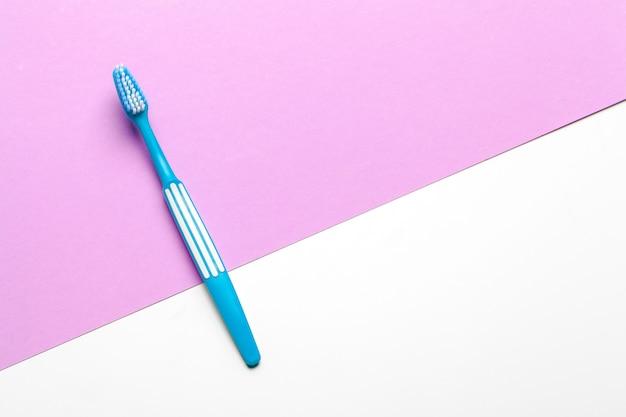 Zahnbürste auf rosa und weißer oberfläche