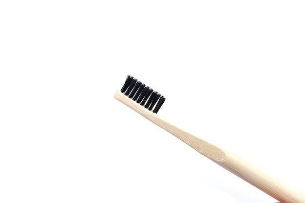 Zahnbürste aus holz auf weißem hintergrund isolieren
