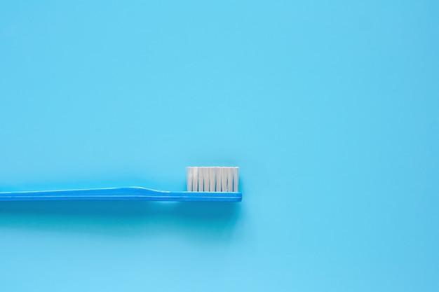 Zahnbürste benutzt für das säubern der zähne auf blauem hintergrund