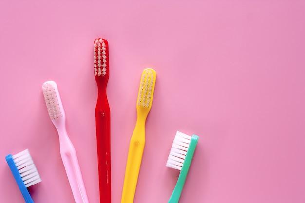 Zahnbürste benutzt für das säubern der zähne auf rosa hintergrund