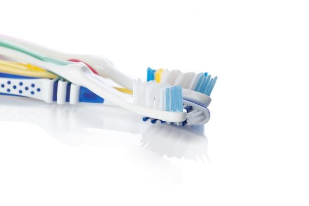 Zahnbürste getrennt auf weiß