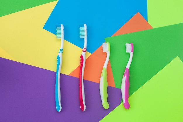 Zahnbürsten auf buntem hellem hintergrund. familienhygiene-konzept.
