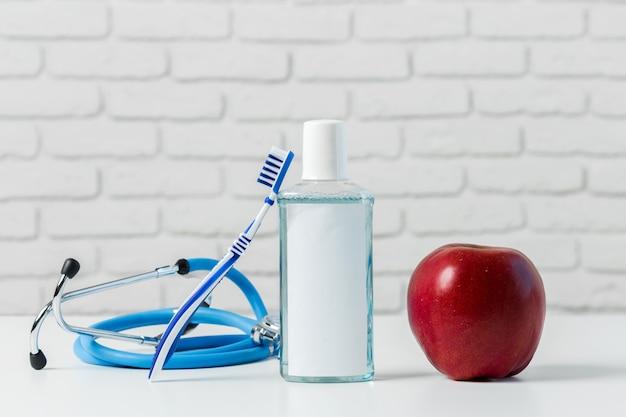 Zahnbürsten auf dem tisch