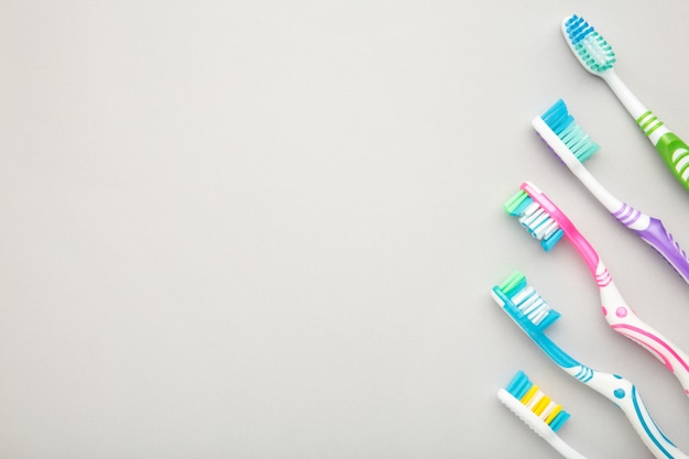 Zahnbürsten auf grau mit kopierraum