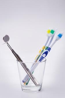 Zahnbürsten in einem glas
