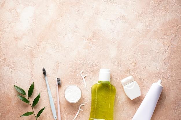 Zahnbürsten, zahnpasta und mundwasser auf beige
