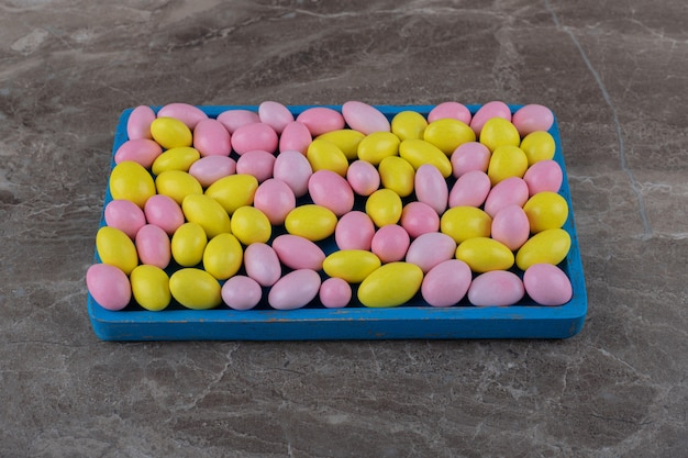 Zahnhafter kaugummi auf dem tablett, auf der marmoroberfläche
